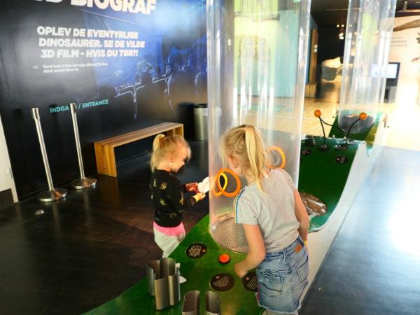 Kinderen onderzoeken een spel in het Geomuseum