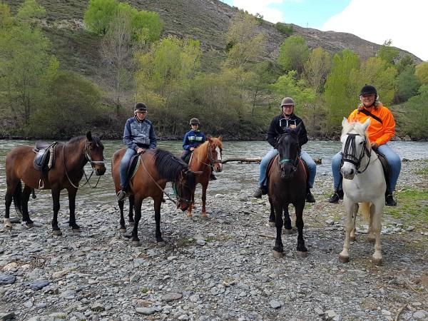 Te paard aan de oever van de rivier