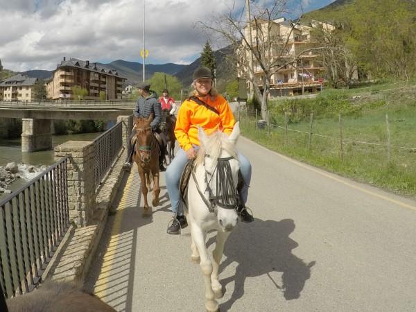 Op de rug van het paard lopen we langs de rivier