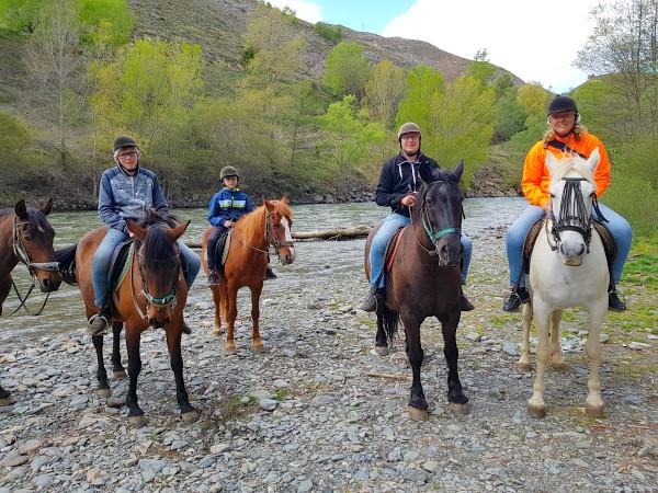 Op de rug van het paard poseren bij de rivier