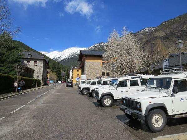 De jeeps staan klaar om je de berg op te brengen