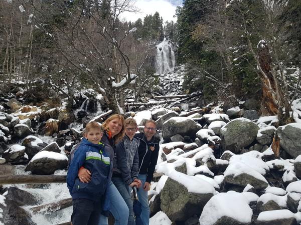 Met mijn gezin poseren voor de Ratera waterval