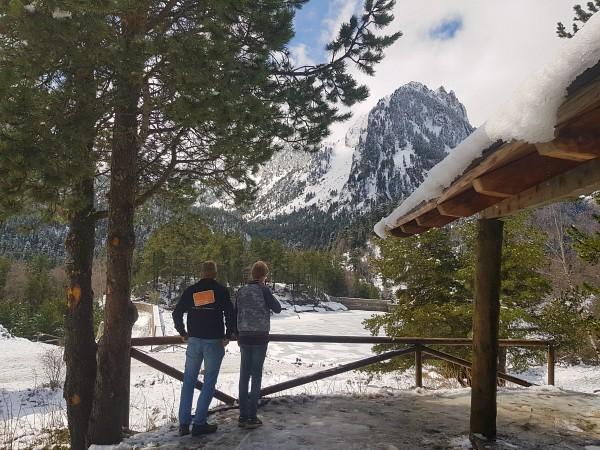 Patrick en Zeb bekijken de besneeuwde omgeving van NP Aigüestortes