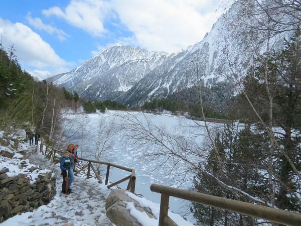 Prachtig uitzicht over het meer op de besneeuwde bergen