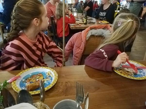 Pannenkoeken en poffertjes eten