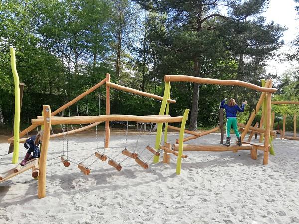 Spelen in de speeltuin bij Rabbit Hill
