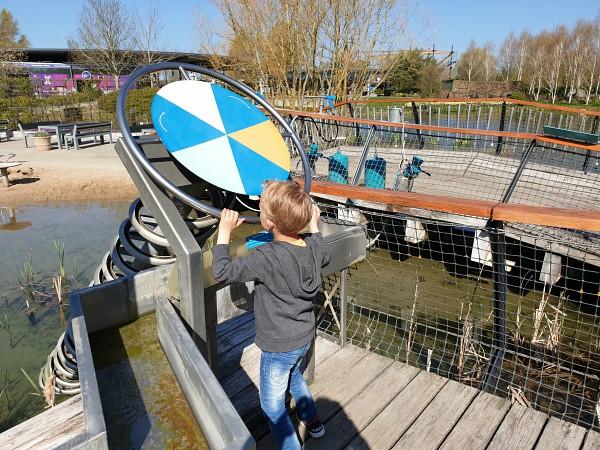 Water uit de grond halen bij het Universe Science Park