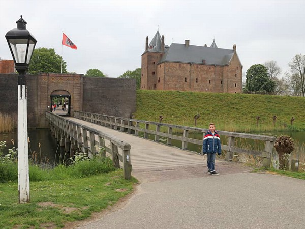 Via de brug naar Slot Loevestein