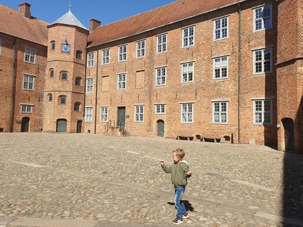Kleuter rent over de binnenplaats van Sønderborg kasteel.