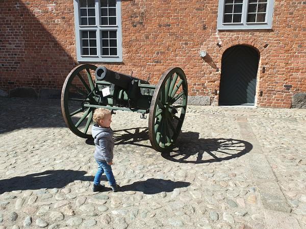 Het kanon van Sønderborg Castle met kindje erbij