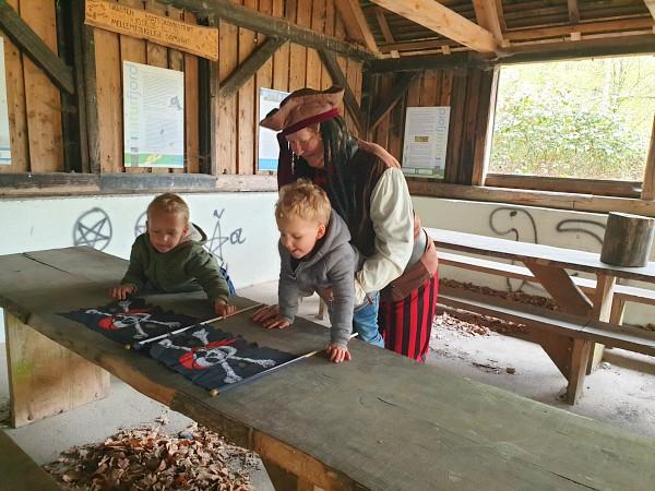 De kinderen krijgen een vlaggetje