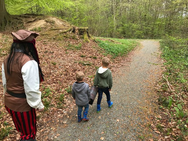 Kinderen en piraat zijn op zoek naar de schat