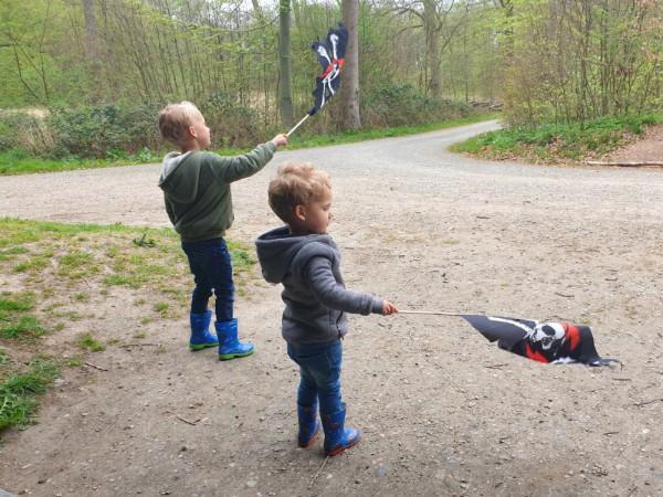 Kinderen met een piratenvlaggetje