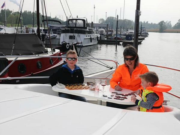 Borrelen in de boeg van de boot
