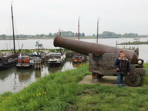 Sfeervolle historische haven van Woudrichem