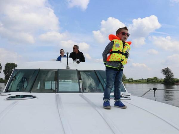 Op de uitkijk tijdens het varen