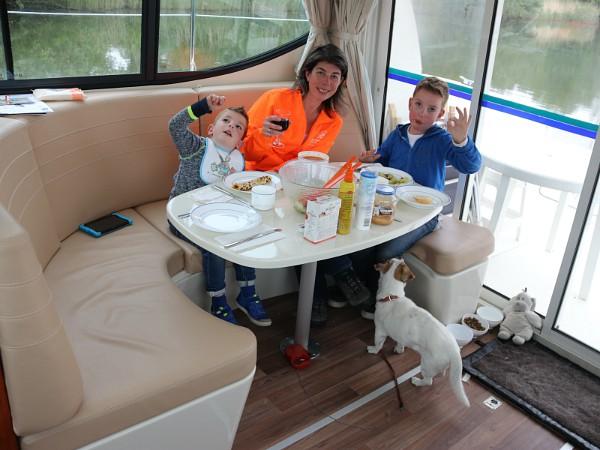 Pannenkoeken eten aan boord