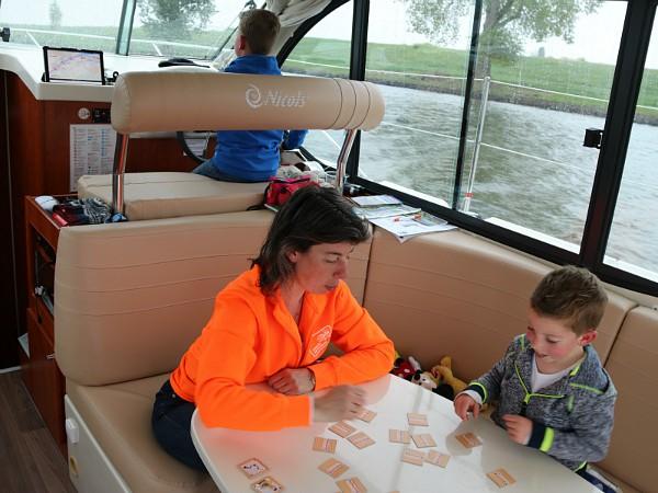 de binnenstuurhoek en leefruimte op de boot