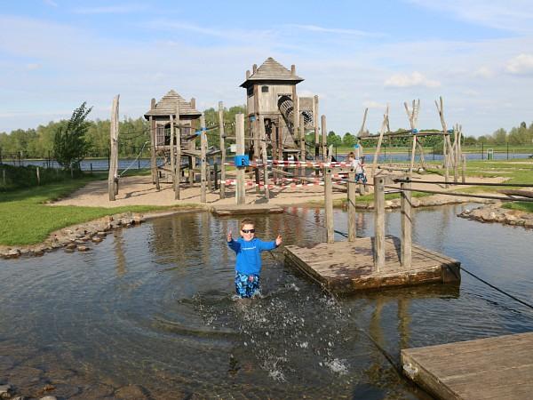 Waterpret in de waterspeeltuin bij vakantiepark Esmeer