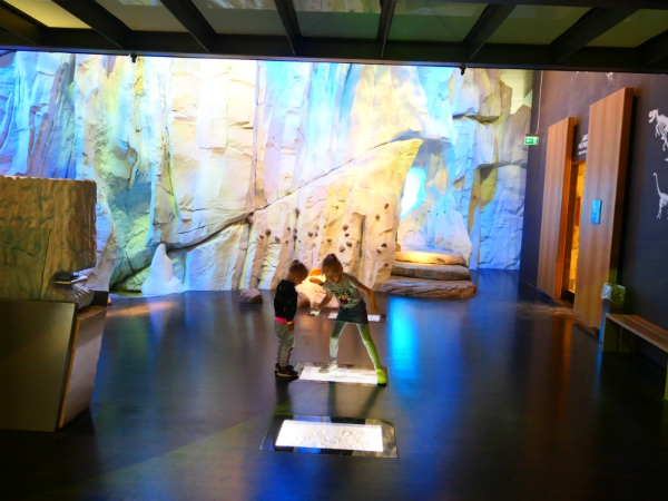 Sanne en Emma in het Geomuseum van Møns Klint