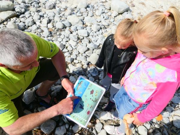 De gids van Møns Klint geeft uitleg aan de kinderen