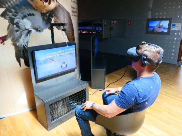 Man met virtual reality bril