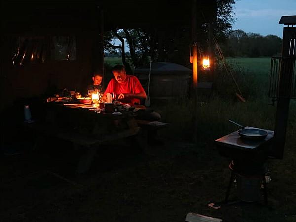 Sfeervolle avonden bij Boerenbed met kaarsen en olielampen.
