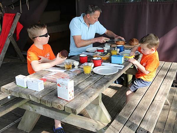 Elke Boerenbed-tent heeft een picknicktafel voor gezellige maaltijden buiten.