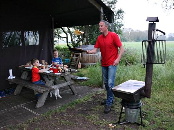 Alle Boerenbed-tenten hebben een buitenkoker, om bijvoorbeeld pannenkoeken op te bakken!