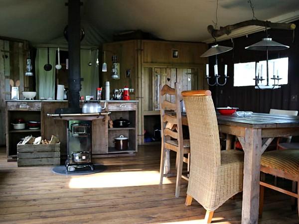 Het sfeervolle interieur van de Boerenbed-tenten.