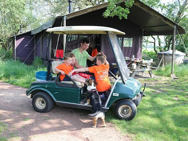 Boerenknecht Anne haalt de kids op om  hem te helpen met de dieren voeren.