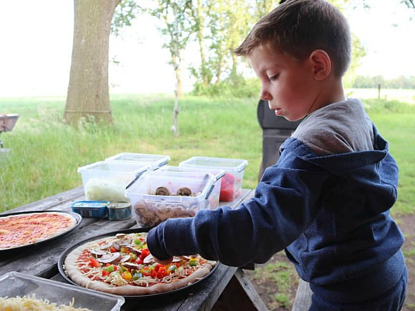 Leuk èn lekker...je eigen pizza beleggen!