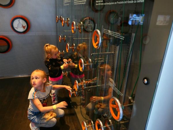 In het geomuseum Mons Klint kunnen de kinderen lekker hun gang gaan