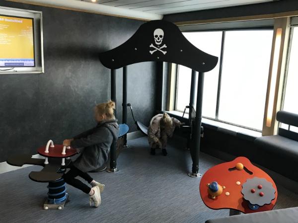 Spelen in de speelhoek op de Scandlines ferry naar Rodby