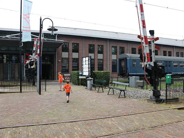 Eindelijk, daar is de ingang van het Spoorwegmuseum!