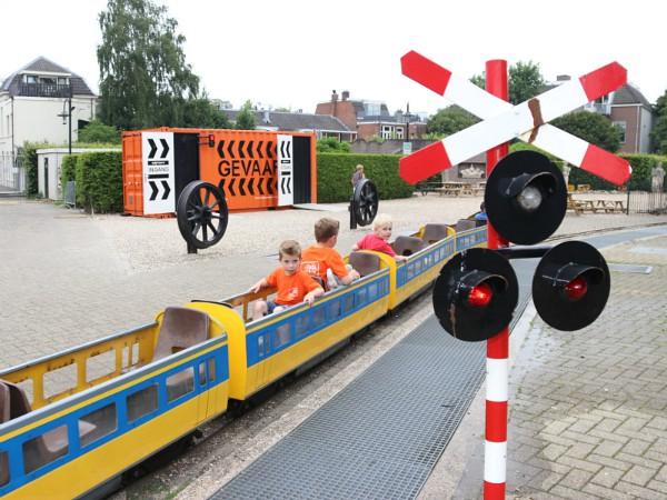 Alleen voor kinderen is het ritje met de Jumbo Express over het buitenterrein van het Spoorwegmuseum.