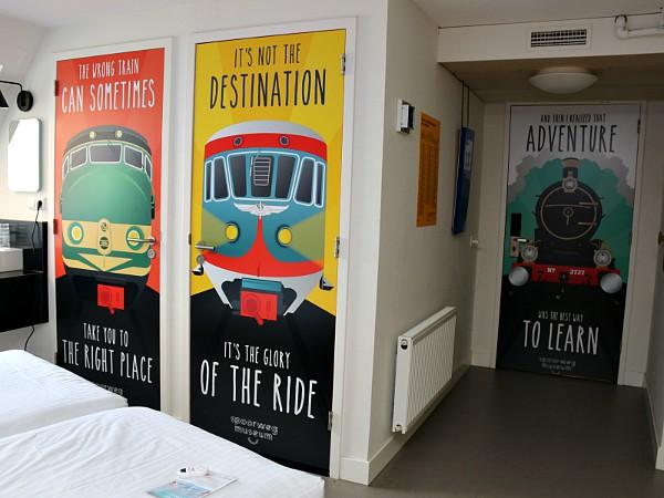 Op de deuren van de kamer staan mooie treinafbeeldingen