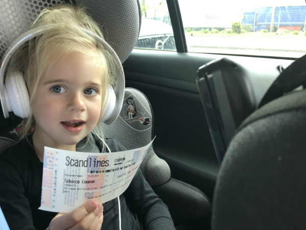 Emma heeft de Scandlines ticket in haar hand
