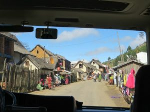 Dorp in Madagascar vanuit de bus gezien