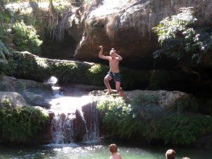 Zeb springt in het koude water van Piscine Naturelle