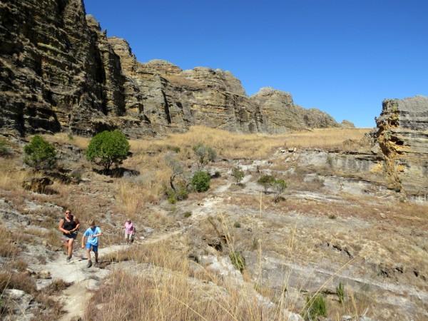 Wandelen tussen de rotsen van Isalo National Park