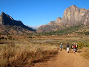 We wandelen tussen de prachtige bergketen van Tsaranoro