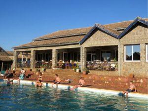 We zwemmen in het het zwembad van motel d'Isalo