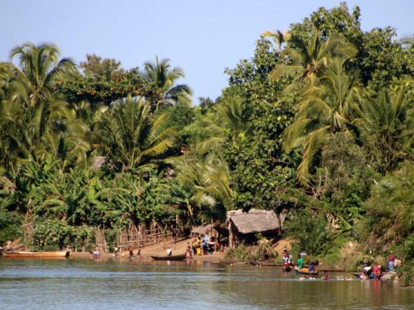 We varen langs vele dorpjes met rieten huisjes