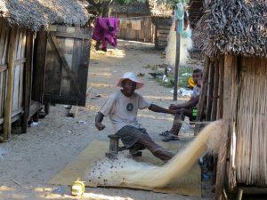 Netten worden gerepareerd in het vissersdorp