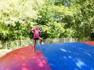 Springen op het matras van de Prinses op de erwt in het Sprookjesbos