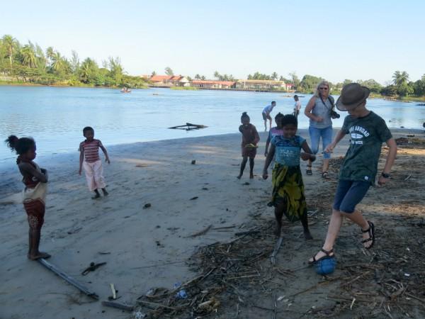 Tycho voetbalt met de lokale jeugd op het strand