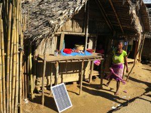 Klein zonnepaneel bij een huisje in het dorp
