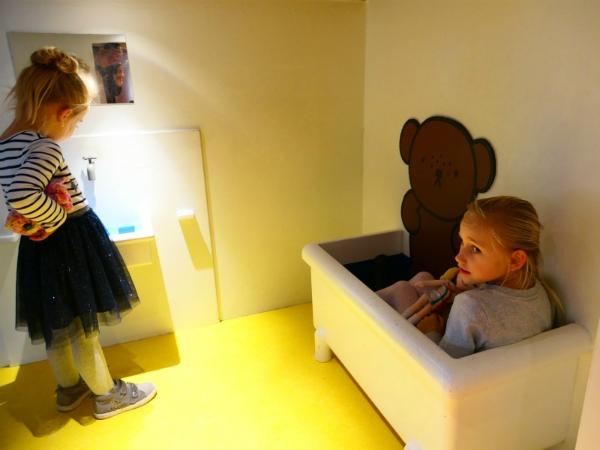 Kinderen in de badkamer van nijntje
